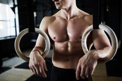 Mannelijke Atleet met Gymnastiek- Ringen Royalty-vrije Stock Foto's