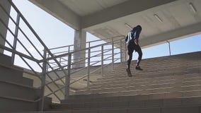 Mannelijke atleet openlucht stock video