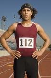 Mannelijke Atleet Standing On Racetrack stock foto