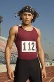 Mannelijke Atleet Standing On Racetrack stock afbeelding