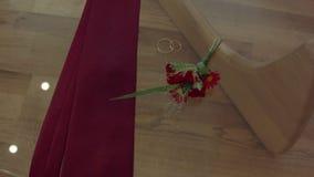 Mannelijke attributen de band, ringen, bloemen legt op een glas transparante lijst stock video