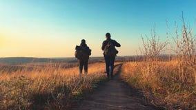 Mannelijke backpackers die in bergavontuur wandelen De reis van het wandelaarpaar geniet landschap van de het levens van het tone stock videobeelden