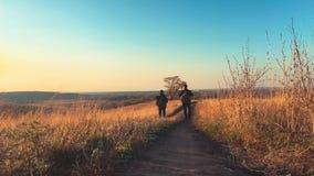 Mannelijke backpackers die in bergavontuur wandelen De reis van het wandelaarpaar geniet landschap van de het levens van het tone stock video