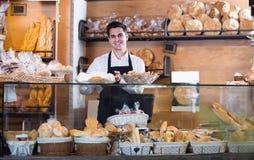 Mannelijke bakker bij bakkerij stock foto's