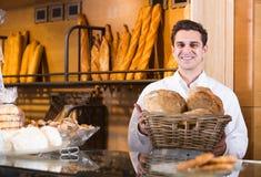 Mannelijke bakker bij bakkerij royalty-vrije stock foto's