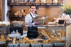 Mannelijke bakker bij bakkerij stock afbeelding
