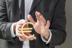 Mannelijke bankier die de Europese munt behandelen stock afbeelding