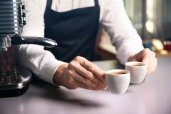 Mannelijke barista die twee koppen van koffie houden Royalty-vrije Stock Fotografie
