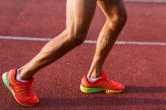 Mannelijke benen en voeten op dwarsspoor in openlucht royalty-vrije stock fotografie
