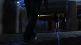 Mannelijke benen met mes die vrouw in tunnel achtervolgen stock video