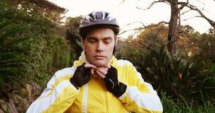 Mannelijke bergfietser die helm dragen stock videobeelden