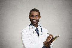 Mannelijke beroepsbeoefenaar, arts die geduldige nota's nemen stock foto