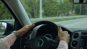 Mannelijke bestuurdershanden die stuurwiel in auto houden stock footage