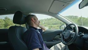Mannelijke bestuurdersslaap terwijl de autonome autoaandrijving alleen stock footage