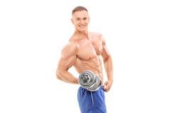 Mannelijke bodybuilder die een kleine barbell houden Stock Afbeeldingen