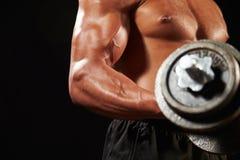 Mannelijke bodybuilder die met zware domoor, gewas uitwerken royalty-vrije stock foto