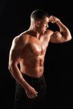 Mannelijke bodybuilder die zijn verbuigingsspieren bekijken stock afbeelding