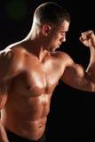 Mannelijke bodybuilder die zijn verbuigingsspieren bekijken, close-up royalty-vrije stock fotografie