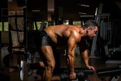 Mannelijke bodybuilder die zwaargewicht oefening voor rug doen royalty-vrije stock afbeeldingen