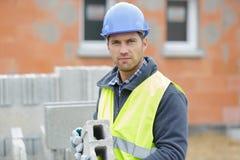 Mannelijke bouwer die concrete blokken installeren royalty-vrije stock foto's