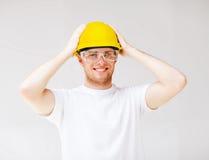 Mannelijke bouwer in veiligheidsbril en gele helm Stock Afbeelding