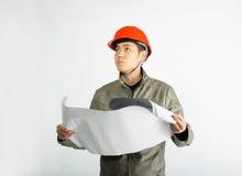 Mannelijke bouwvakker en het schetsen van blauwdrukken Royalty-vrije Stock Afbeeldingen