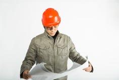 Mannelijke bouwvakker en het schetsen van blauwdrukken Royalty-vrije Stock Afbeelding