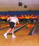 mannelijke bowlingspeler in actie Royalty-vrije Stock Afbeeldingen