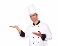 Mannelijke chef-kok die zich met open palmen bevinden Stock Afbeeldingen