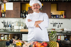 Mannelijke chef-kok die zich in zijn keuken bevinden Stock Foto