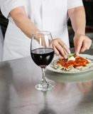 Mannelijke Chef-kok Garnishing Pasta Dish royalty-vrije stock foto's