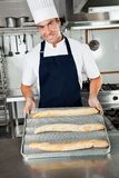 Mannelijke Chef-kok Presenting Baked Loafs in Keuken Stock Foto