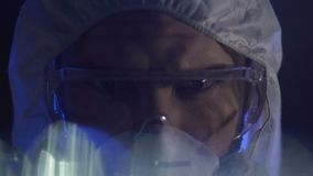 Mannelijke chemische wetenschapper die in geheim laboratorium werken, die epidemisch virus ontwikkelen stock video