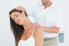 Mannelijke chiropracticus die halsaanpassing doen royalty-vrije stock afbeeldingen