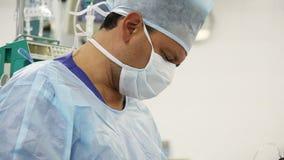 Mannelijke chirurg in verrichtingsruimte stock video