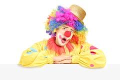 Mannelijke circusclown die een grimas op een leeg paneel maakt Royalty-vrije Stock Afbeeldingen