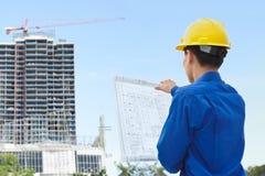 Mannelijke contractant en bulding project stock afbeelding