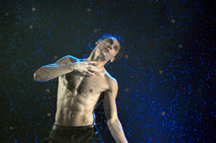 Mannelijke dansers in de regen Stock Afbeeldingen