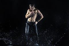 Mannelijke dansers in de regen Royalty-vrije Stock Foto's