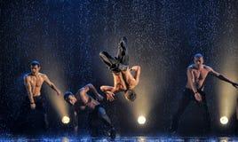 Mannelijke dansers in de regen Stock Foto