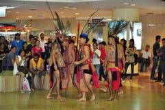Mannelijke Dansers in het Kostuum van de Strijder Murut Royalty-vrije Stock Afbeelding