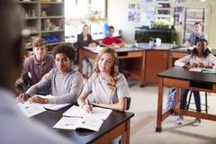 Mannelijke de Biologieklasse van Teaching Students In van de Middelbare schoolprivé-leraar stock foto's