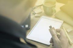 Mannelijke de flitsaandrijving van de handholding op een laptop achtergrond Stock Afbeelding