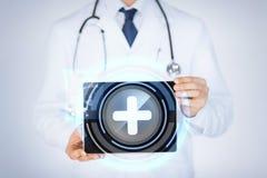 Mannelijke de tabletpc van de artsenholding met medische app Royalty-vrije Stock Foto's