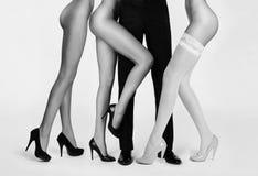 Mannelijke die benen door vrouwen worden omringd Stock Afbeelding