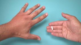 Mannelijke die hand door bij en medicijn voor het zwellen naast het wordt gestoken De hand die, ontsteking, roodheid is tekens va stock videobeelden