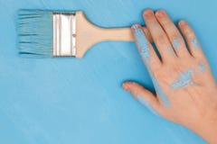 Mannelijke die hand in verf wordt behandeld, die een verfborstel houden royalty-vrije stock fotografie