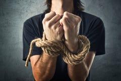 Mannelijke die handen met een kabel worden gebonden stock foto's