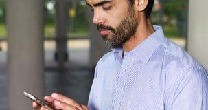 Mannelijke directeur die op mobiele telefoon spreken stock video