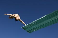 Mannelijke Duiker die achteruit in Mid Air duiken royalty-vrije stock afbeelding